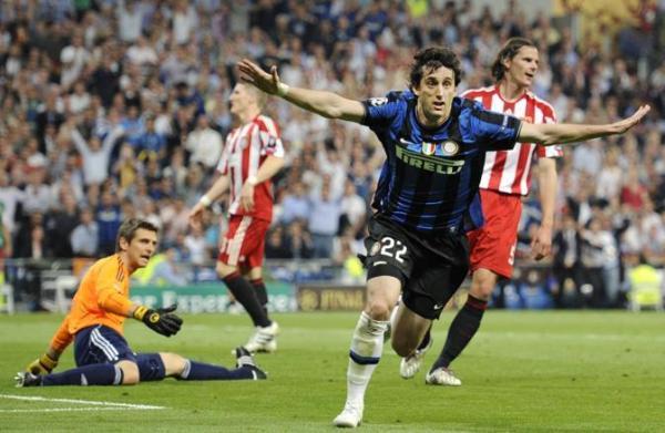 Milito comemora: derrota na Liga de 2010 para a Inter foi apenas o começo do drama alemão na Europa.