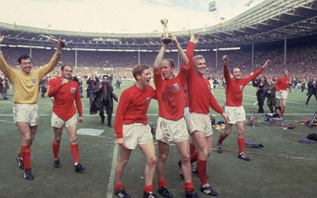 Emocionado, Charlton carrega a Taça Jules Rimet.