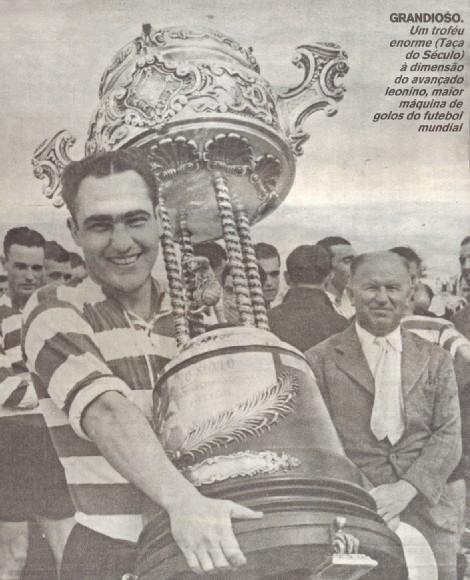 """Peyroteo com o troféu """"O Século"""", entregue juntamente com o título do Campeonato Português de 1948."""