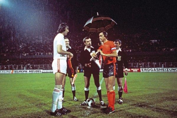 Ondrus e Cruyff antes do começo da semifinal entre Tchecoslováquia e Holanda.