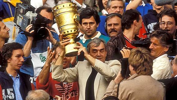 Happel ergue a Copa da Alemanha de 1987, seu último título no Hamburgo.