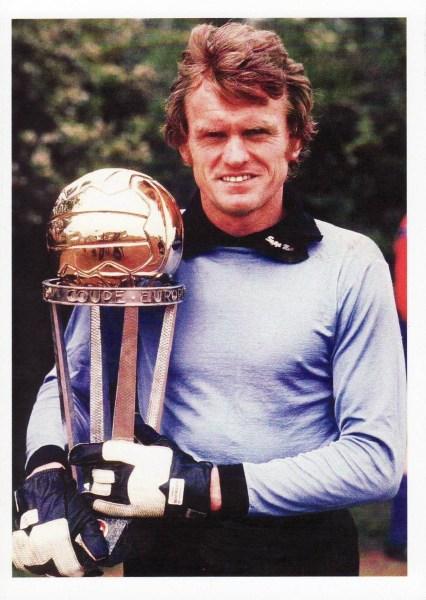 O goleiro bávaro posa com a taça do Mundial Interclubes de 1976.