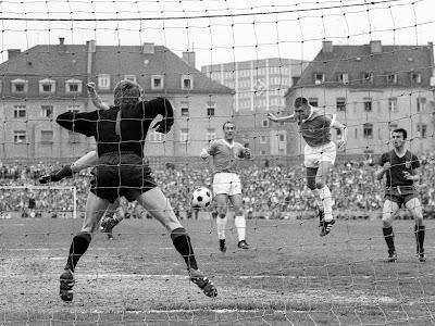 Elástico e sem medo das travas das chuteiras dos rivais, Maier era arrojo puro debaixo do gol.