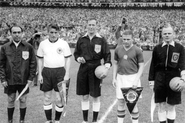 Os capitães Fritz Walter e Ferenc Puskás antes da grande final.