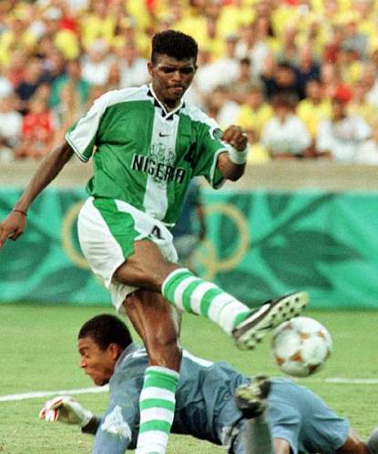 Kanu aproveita a falha de Dida e empata o jogo para a Nigéria no final do jogo: o ouro era possível para os águias.