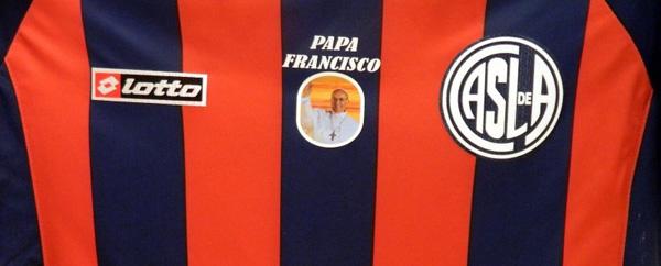"""A """"abençoada"""" camisa do San Lorenzo: time conta com um precioso aliado no Vaticano..."""