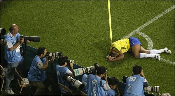 Rivaldo no chão: traquinagem do brasileiro rendeu uma expulsão extra aos turcos.