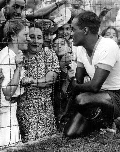 Na França, Leônidas encantou o público local com sua habilidade em campo (e também seu charme de boleiro pra cima das francesas...).