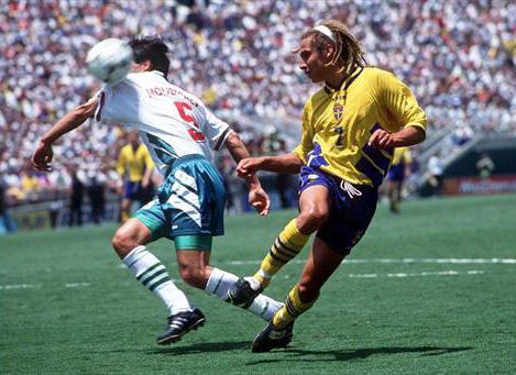 Larsson jogou e marcou um belo gol na goleada por 4 a 0 da Suécia pra cima da Bulgária.