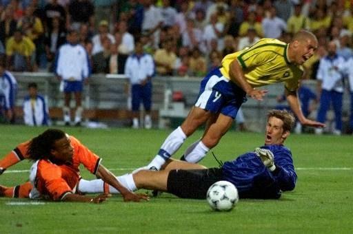 ... E consegue desarmar Ronaldo de maneira espetacular.