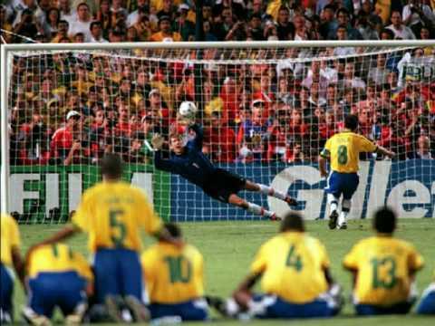 Dunga marca o quarto gol brasileiro na disputa por pênaltis.