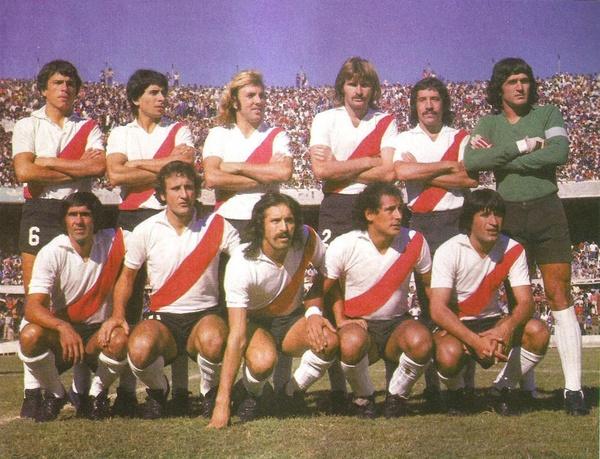 O River de 1977 - Em pé: Passarella, Comelles, Merlo, Lonardi, Héctor López e Fillol. Agachados:  Pedro González, Marchetti, Luque, Juan José López y Ortiz.