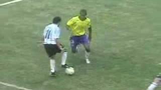 No final do jogo, Tévez começou a brincar na frente dos brasileiros. Coitado...