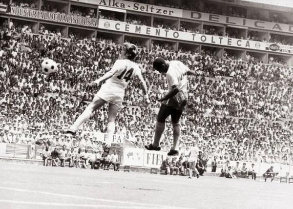 A cabeçada de Pelé...