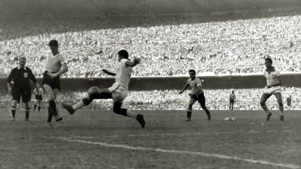 Schiaffino empata o jogo contra o Brasil: era o início do Maracanazo.