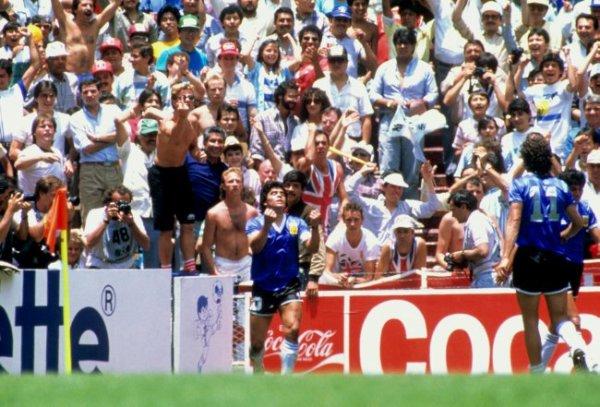 O delírio de Maradona e o nada amigável público inglês ao fundo.