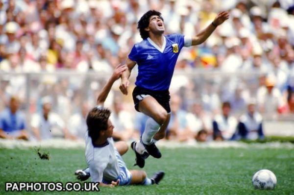 Para impedir Maradona de avançar em direção ao gol, só com falta.