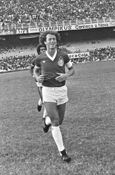 Falcão caminha orgulhoso com o manto do Inter já com as três estrelas.