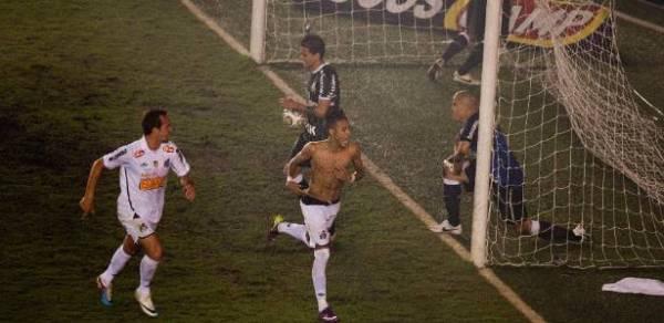 ... E a bola morre dentro do gol. Santos campeão!