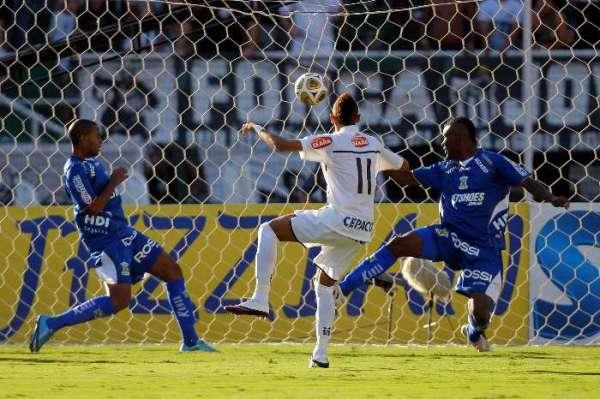 Neymar marca sua pintura na segunda partida da final contra o Santo André.
