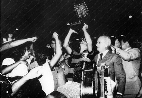 Zico ergue a primeira de muitas taças do Flamengo naquele início de anos 80.