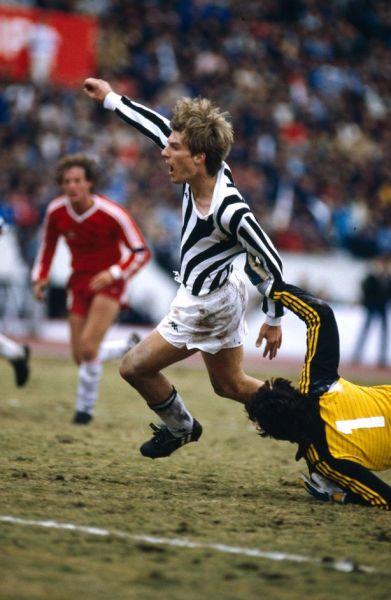 Laudrup escapa do goleiro Vidallé antes de empatar para a Juventus.