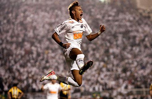 Neymar explode após abrir o placar na decisão da Libertadores: o tri estava perto.