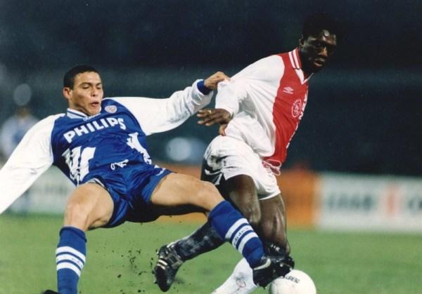 Seedorf rouba a bola de um ainda novato Ronaldo (à esq.) no futebol holandês.