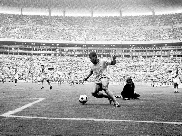 Jairzinho em ação: craque brasileiro marcou gol em todos os jogos da Copa.