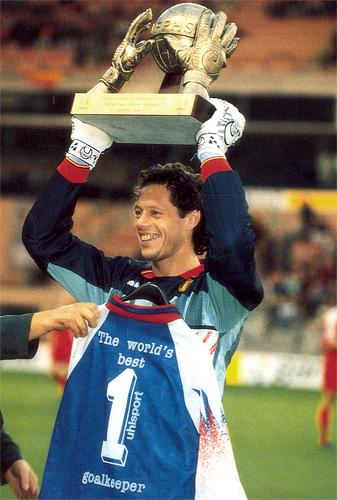 O craque com o troféu de Melhor Goleiro do Mundo de 1994.