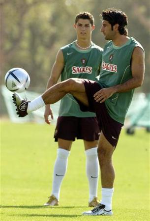Figo (à dir.) mostrando como tratar bem a bola a um ainda garoto Cristiano Ronaldo.