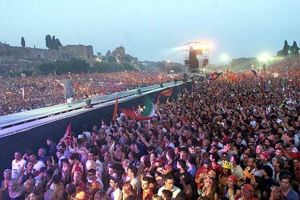 A multidão no Circo Massimo faz a festa com o título da Roma.