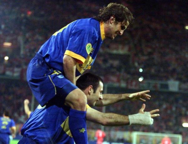 A festa de Moreno (à dir.): dois gols em quatro minutos incendiaram o jogo.