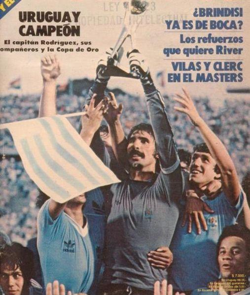 Rodolfo Rodríguez ergue a taça do Mundialito de 1981 para o Uruguai.
