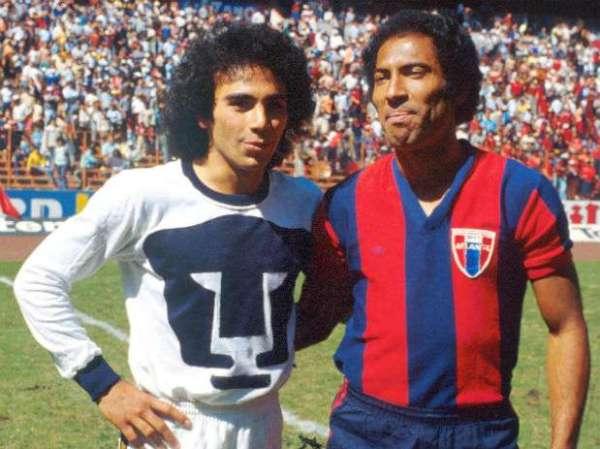 Sánchez (à esq.) ao lado de um artilheiro que também fez época no futebol mexicano: o brasileiro Cabinho.