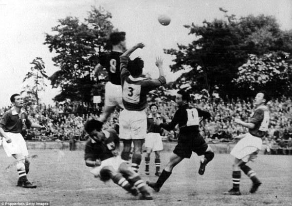 Kocsis (o camisa 8) saltando mais alto do que qualquer coreano na estreia húngara na Copa.