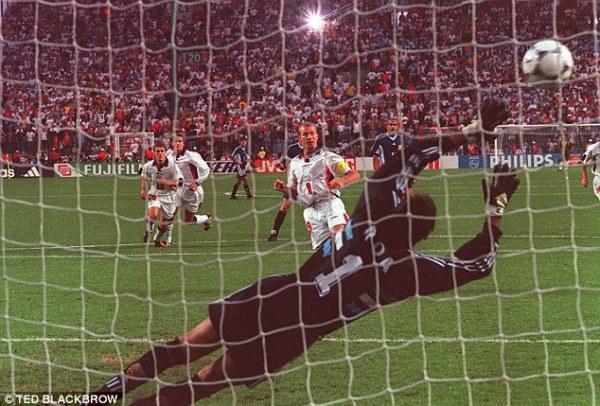 O capitão Shearer marca o gol de empate.