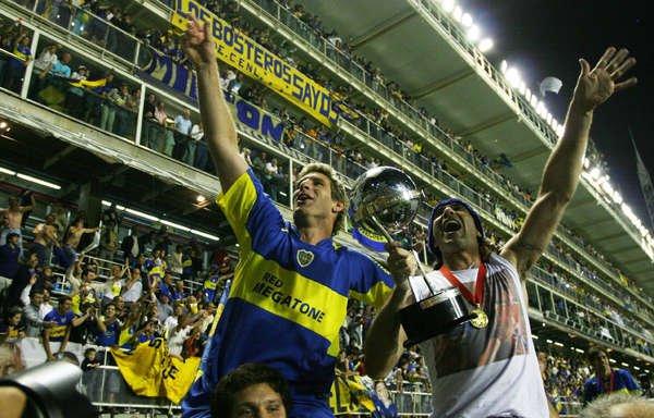 Palermo e Abbondanzieri com a taça da Copa Sul-Americana de 2005.