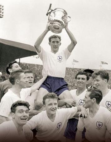 Blanchflower ergue a Copa da Inglaterra de 1961: Spurs foram os primeiros vencedores do Double no século XX.