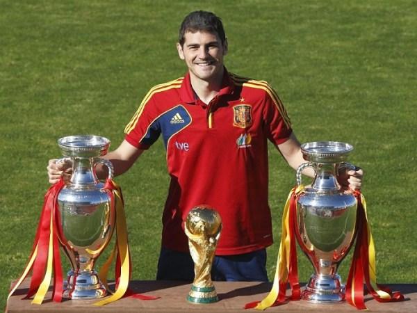 O capitão Casillas e suas taças: uma imagem que cala qualquer crítico.