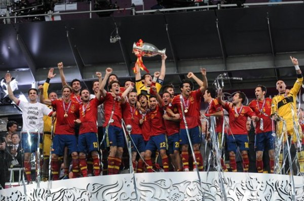 Spain_national_football_team_Euro_2012_trophy_01