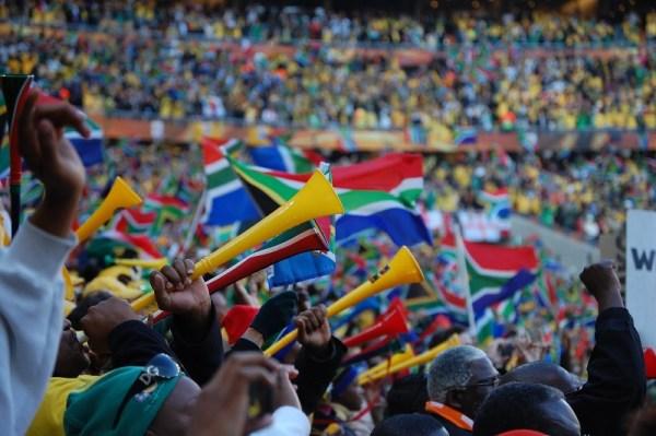 As vuvuzelas da África: há relatos de que pessoas continuam escutando os famigerados barulhos até hoje...