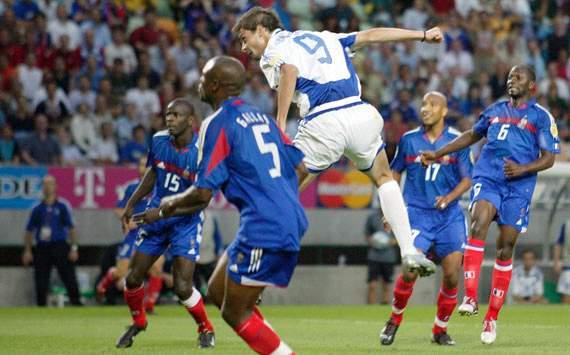 Charisteas sobe mais alto do que a zaga da França para marcar o gol da vitória: Grécia na semifinal!