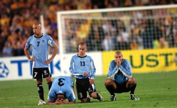 Do outro lado do mundo, o drama: parecia mentira, mas o Uruguai estava fora da Copa por culpa da Austrália.