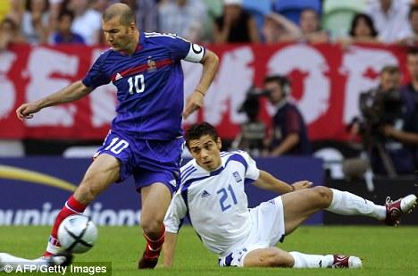Zidane (à esq.) tentou, mas não conseguiu furar o bloqueio grego.