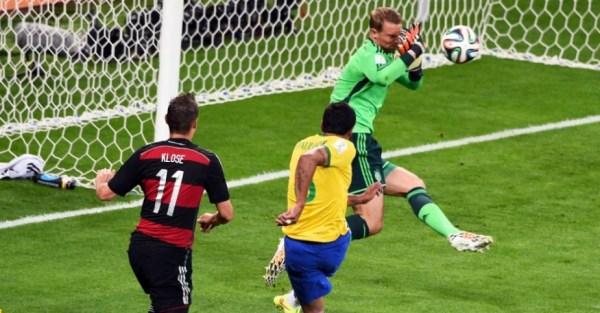 O paredão Neuer defende um chute de Paulinho: só faltava a exibição dele para o show ficar completo!