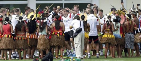 Índios alegraram a chegada alemã em solo baiano.