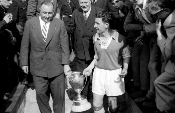 Batteux (à direita, com a taça da Copa da França de 1950): ex-jogador se transformaria no maior técnico da história do clube.