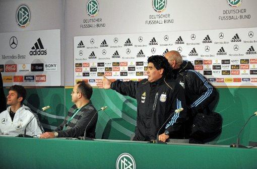 "Maradona (à dir.) e a famosa cena do ""gandula"" Müller: argentino teria o troco na Copa de 2010."