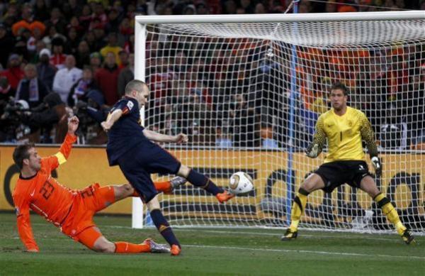 O gol de Iniesta em 2010 ainda causava amargor nos holandeses.
